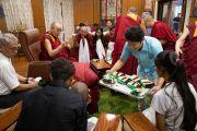 Его Святейшество Далай-лама угощает студентов и сотрудников благотворительного фонда «Тонглен» именинным тортом по случаю своего 84-летия. Дхарамсала, Индия. 7 июля 2019 г. Фото: Тензин Чойджор.