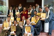 Его Святейшество Далай-лама фотографируется с вышедшими на пенсию сотрудниками Центральной тибетской администрации, прослужившими более 20 лет. Дхарамсала, Индия. 7 июля 2019 г. Фото: Тензин Чойджор.