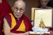 Его Святейшество Далай-лама держит одну из статуй Сонгцена Гампо с цитатой на тибетском языке, которые преподнесет вышедшим на пенсию сотрудникам Центральной тибетской администрации, прослужившим более 20 лет. Дхарамсала, Индия. 7 июля 2019 г. Фото: Тензин Чойджор.