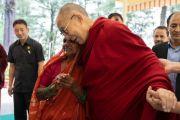 Его Святейшество Далай-лама обнимает мать одного из студентов, получающих помощь благотворительного фонда «Тонглен». Дхарамсала, Индия. 7 июля 2019 г. Фото: Тензин Чойджор.