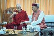 Его Святейшество Далай-лама беседует с профессором Премом Кумаром Дхумалом, бывшим главным министром штата Химачал-Прадеш, во время встречи в гостевом доме Хамирпура. Штат Химачал-Прадеш, Индия. 9 августа 2019 г. Фото: Джереми Рассел.