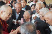 Пожилые тибетцы приветствуют Его Святейшество Далай-ламу, прибывшего в Манди, где он остановится на ночлег, после чего продолжит путь в Манали. Штат Химачал-Прадеш, Индия. 9 августа 2019 г. Фото: Джереми Рассел.