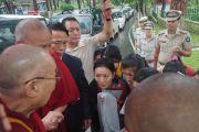 Студенты из Киннаура, Лахула и Спити приветствуют Его Святейшество Далай-ламу по прибытии в гостевой дом Хамирпура по дороге в Манали. Штат Химачал-Прадеш, Индия. 9 августа 2019 г. Фото: Джереми Рассел.