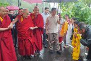 Жители Гималайских регионов приветствуют Его Святейшество Далай-ламу по прибытии в гостевой дом Хамирпура по дороге в Манали. Штат Химачал-Прадеш, Индия. 9 августа 2019 г. Фото: Джереми Рассел.