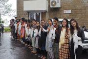 Студенты из Киннаура, Лахула и Спити выстроились на улице под дождем, чтобы проводить Его Святейшество Далай-ламу, выезжающего из Хамирпура в Манали. Штат Химачал-Прадеш, Индия. 9 августа 2019 г. Фото: Джереми Рассел.