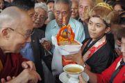 Его Святейшеству Далай-ламе подносят традиционное тибетское приветствие «чема чангпу» по прибытии в Манди, где он остановится на ночлег, после чего продолжит путь в Манали. Штат Химачал-Прадеш, Индия. 9 августа 2019 г. Фото: Джереми Рассел.