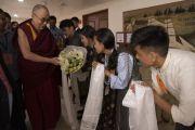 Тибетские студенты, обучающиеся в Мангалуру, приветствуют Его Святейшество Далай-ламу по прибытии на встречу, организованную в конференц-зале его отеля. Мангалуру, штат Карнатака, Индия. 30 августа 2019 г. Фото: Тензин Чойджор (офис ЕСДЛ).