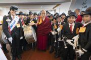 Его Святейшество Далай-лама фотографируется с членами музыкальной группы школы Святой Терезы, приветствовавшими его по прибытии на 52-й национальный конгресс Всеиндийской ассоциации католических школ. Мангалуру, штат Карнатака, Индия. 30 августа 2019 г. Фото: Тензин Чойджор (офис ЕСДЛ).