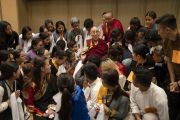 Фотографируясь с тибетскими студентами, Его Святейшество Далай-лама рассказывает о том, что состояние его здоровья улучшилось. Мангалуру, штат Карнатака, Индия. 30 августа 2019 г. Фото: Тензин Чойджор (офис ЕСДЛ).