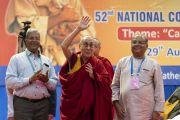 Его Святейшество Далай-лама машет слушателям рукой на прощание перед тем, как покинуть сцену по завершении утренней сессии 52-го национального конгресса Всеиндийской ассоциации католических школ. Мангалуру, штат Карнатака, Индия. 30 августа 2019 г. Фото: Тензин Чойджор (офис ЕСДЛ).