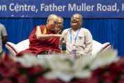 Его Святейшество Далай-лама смеется над шуткой, отвечая на вопросы во время выступления на 52-ом национальном конгрессе Всеиндийской ассоциации католических школ. Мангалуру, штат Карнатака, Индия. 30 августа 2019 г. Фото: Тензин Чойджор (офис ЕСДЛ).