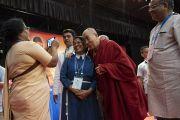 По завершении утренней сессии 52-го национального конгресса Всеиндийской ассоциации католических школ Его Святейшество Далай-лама фотографируется с одной из участниц организационного комитета. Мангалуру, штат Карнатака, Индия. 30 августа 2019 г. Фото: Тензин Чойджор (офис ЕСДЛ).