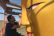 Художник во время росписи статуи Будды Майтреи в Лагани.