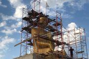 Статуя Будды Майтреи в процессе строительства.