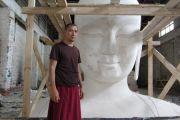 Настоятель монастырского комплекса «Лагань Даргьелинг Хурул» Лобсанг Зунду во время строительства статуи Будды Майтреи.