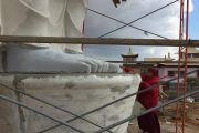 Монах Центрального хурула Калмыкии геше Шакья выражает почтение строящейся статуе Будды Майтреи.