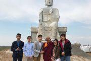 Директор Тибетско-монгольского буддийского культурного центра в Блумингтоне Арджа Ринпоче посещает место строительства статуи Будды Майтреи.