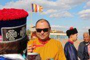 По прибытии на торжественную церемонию открытия статуи Будды Майтреи в Лагани Шаджин-ламе Калмыкии досточтимому Тэло Тулку Ринпоче и другим почетным гостям подносят традиционное приветствие. 22 сентября 2019 г. Фото: Центральный хурул Калмыкии.