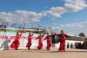Один из творческих коллективов исполняет национальный калмыцкий танец во время церемонии торжественного открытия статуи Будды Майтреи в Лагани. 22 сентября 2019 г. Фото: Центральный хурул Калмыкии.