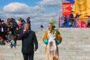 Шаджин-лама Калмыкии досточтимый Тэло Тулку Ринпоче готовится преподнести монахам Лаганского хурула росток священного дерева бодхи во время церемонии торжественного открытия статуи Будды Майтреи в Лагани. 22 сентября 2019 г. Фото: Центральный хурул Калмыкии.