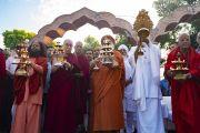 Его Святейшество Далай-лама и старшие священнослужители ашрама Шри Удасина Каршни проводят ритуал аарти на берегах реки Ямуна. Матхура, штат Уттар-Прадеш, Индия. 23 сентября 2019 г. Фото: Тензин Чойджор (офис ЕСДЛ).