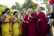 Его Святейшество Далай-лама прибывает на ритуал аарти, организованный на берегах реки Ямуна. Матхура, штат Уттар-Прадеш, Индия. 23 сентября 2019 г. Фото: Тензин Чойджор (офис ЕСДЛ).
