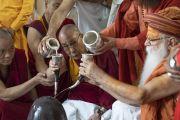 Его Святейшество Далай-лама принимает участие в ритуале рудра абхишека (ритуале омовения лингама Шивы) во время второго дня визита в ашрам Шри Удасина Каршни. Матхура, штат Уттар-Прадеш, Индия. 23 сентября 2019 г. Фото: Тензин Чойджор (офис ЕСДЛ).
