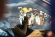 Покидая ашрам Шри Удасина Каршни, Его Святейшество Далай-лама машет рукой на прощание организаторам его визита и местным жителям. Матхура, штат Уттар-Прадеш, Индия. 23 сентября 2019 г. Фото: Тензин Чойджор (офис ЕСДЛ).