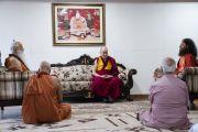 Его Святейшество Далай-лама, Свами Каршни Гурушарананда-джи Махарадж, Свами Чидананд Сарасвати и другие священнослужители ашрама Шри Удасина Каршни проводят утром совместную сессию медитацию. Матхура, штат Уттар-Прадеш, Индия. 23 сентября 2019 г. Фото: Тензин Чойджор (офис ЕСДЛ).