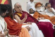 Его Святейшество Далай-лама дарует наставления во время встречи с местными жителями, организованной в ашраме Шри Удасина Каршни. Матхура, штат Уттар-Прадеш, Индия. 23 сентября 2019 г. Фото: Тензин Чойджор (офис ЕСДЛ).