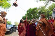 Его Святейшество Далай-лама, Свами Каршни Гурушарананда-джи Махарадж и  Свами Чидананд Сарасвати звонят в новый колокол, установленный в Будда-парке на территории ашрама Шри Удасина Каршни. Матхура, штат Уттар-Прадеш, Индия. 23 сентября 2019 г. Фото: Тензин Чойджор (офис ЕСДЛ).