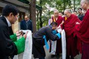 Спикер Тибетского парламента Пема Джугне преподносит Его Святейшеству Далай-ламе традиционный белый шарф-хадак, перед тем как отправиться вместе в главный тибетский храм. Дхарамсала, штат Химачал-Прадеш, Индия. 6 октября 2019 г. Фото: Тензин Чойджор (офис ЕСДЛ).