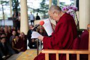 Его Святейшество Далай-лама читает отчет о проведении 3-го специального генерального собрания ЦТА во время встречи с его делегатами. Дхарамсала, штат Химачал-Прадеш, Индия. 6 октября 2019 г. Фото: Тензин Чойджор (офис ЕСДЛ).