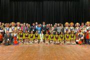 Президент Центральной тибетской администрации Лобсанг Сенге и артисты Тибетского института исполнительских искусств фотографируются с участниками Восьмой международной конференции групп поддержки Тибета по завершении концерта, организованного в день перед началом конференции. Дхарамсала, Индия. 2 ноября 2019 г.