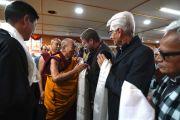 Делегаты Восьмой международной конференции групп поддержки Тибета приветствуют Его Святейшество Далай-ламу перед началом встречи, организованной в его резиденции. Дхарамсала, Индия. 4 ноября 2019 г. Фото: офис ЕСДЛ.