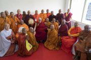 После совместного обеда Его Святейшество Далай-лама фотографируется с делегатами Глобального буддийского конгресса. Аурангабад, штат Махараштра, Индия. 23 ноября 2019 г. Фото: Тензин Чойджор (офис ЕСДЛ).