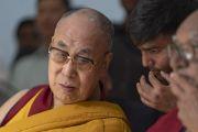 Его Святейшество Далай-лама слушает, как его переводчик переводит слова приветствия с хинди перед началом лекции в Международном центре обучения бхикшу «Локуттара». Аурангабад, штат Махараштра, Индия. 23 ноября 2019 г. Фото: Тензин Чойджор (офис ЕСДЛ).