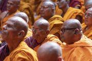 Монахи слушают учение Его Святейшества Далай-ламы в Международном центре обучения бхикшу «Локуттара». Аурангабад, штат Махараштра, Индия. 23 ноября 2019 г. Фото: Тензин Чойджор (офис ЕСДЛ).