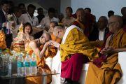 Старшие монахи выражают почтение Его Святейшеству Далай-ламе перед началом его лекции в вихаре Международного центра обучения бхикшу «Локуттара». Аурангабад, штат Махараштра, Индия. 23 ноября 2019 г. Фото: Тензин Чойджор (офис ЕСДЛ).