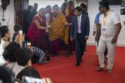 Его Святейшество Далай-лама прибывает в вихару (храм) в Международном центре обучения бхикшу «Локуттара». Аурангабад, штат Махараштра, Индия. 23 ноября 2019 г. Фото: Тензин Чойджор (офис ЕСДЛ).