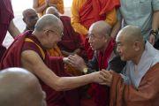 По завершении учения Его Святейшество Далай-лама приветствует делегатов Глобального буддийского конгресса. Аурангабад, штат Махараштра, Индия. 23 ноября 2019 г. Фото: Тензин Чойджор (офис ЕСДЛ).