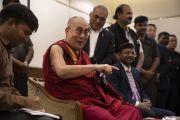 Его Святейшество Далай-лама отвечает на вопрос журналиста во время пресс-конференции, организованной в его отеле. Аурангабад, штат Махараштра, Индия. 23 ноября 2019 г. Фото: Тензин Чойджор (офис ЕСДЛ).