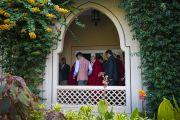 Его Святейшество Далай-лама направляется на пресс-конференцию, организованную в его отеле. Аурангабад, штат Махараштра, Индия. 23 ноября 2019 г. Фото: Тензин Чойджор (офис ЕСДЛ).