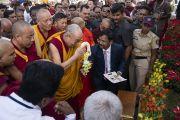 Его Святейшество Далай-лама молится у статуи Золотого Будды, расположенной в Международном центре обучения бхикшу «Локуттара». Аурангабад, штат Махараштра, Индия. 23 ноября 2019 г. Фото: Тензин Чойджор (офис ЕСДЛ).