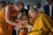 Старший тайский монах преподносит Его Святейшеству Далай-ламе статуэтку по завершении его учения в Международном центре обучения бхикшу «Локуттара». Аурангабад, штат Махараштра, Индия. 23 ноября 2019 г. Фото: Тензин Чойджор (офис ЕСДЛ).