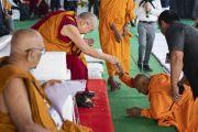 Один из старших монахов выражает почтение Его Святейшеству Далай-ламе перед началом учения на спортивном стадионе Колледжа физкультуры при Народном образовательном обществе. Аурангабад, штат Махараштра, Индия. 24 ноября 2019 г. Фото: Тензин Чойджор (офис ЕСДЛ).