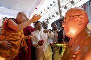 Поднявшись на сцену, Его Святейшество Далай-лама выражает почтение статуе Б.Р. Амбедкара. Аурангабад, штат Махараштра, Индия. 24 ноября 2019 г. Фото: Тензин Чойджор (офис ЕСДЛ).