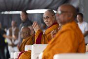 Его Святейшество Далай-лама и старшие монахи слушают молитвы, которые возносят верующие перед началом учения на спортивном стадионе Колледжа физкультуры при Народном образовательном обществе. Аурангабад, штат Махараштра, Индия. 24 ноября 2019 г. Фото: Тензин Чойджор (офис ЕСДЛ).