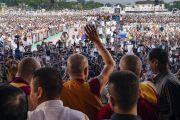 По завершении учения, на которое собралось более 50 000 верующих, Его Святейшество Далай-лама машет верующим рукой на прощание. Аурангабад, штат Махараштра, Индия. 24 ноября 2019 г. Фото: Тензин Чойджор (офис ЕСДЛ).