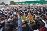 Его Святейшество Далай-лама поднимается на сцену спортивного стадиона Колледжа физкультуры при Народном образовательном обществе. Аурангабад, штат Махараштра, Индия. 24 ноября 2019 г. Фото: Тензин Чойджор (офис ЕСДЛ).